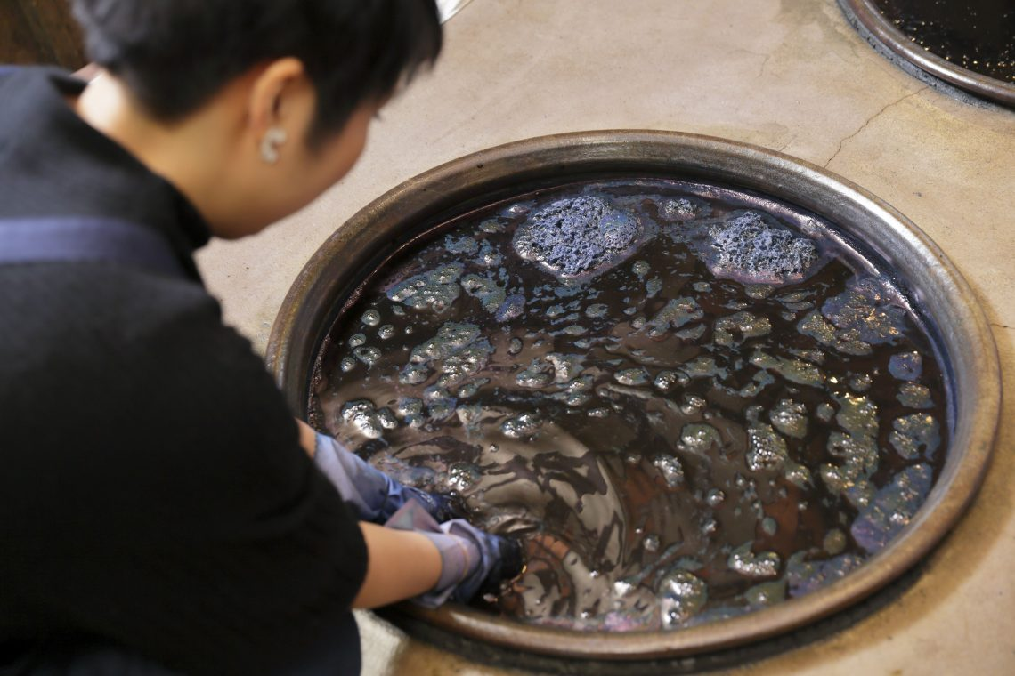 【Experiencing Aizome 〜Jikkuri Course〜】Let's dye a stole!
