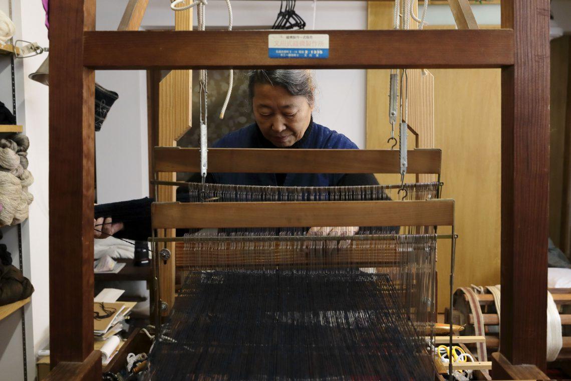 一枚の紬を織るための、大小さまざまな道具。