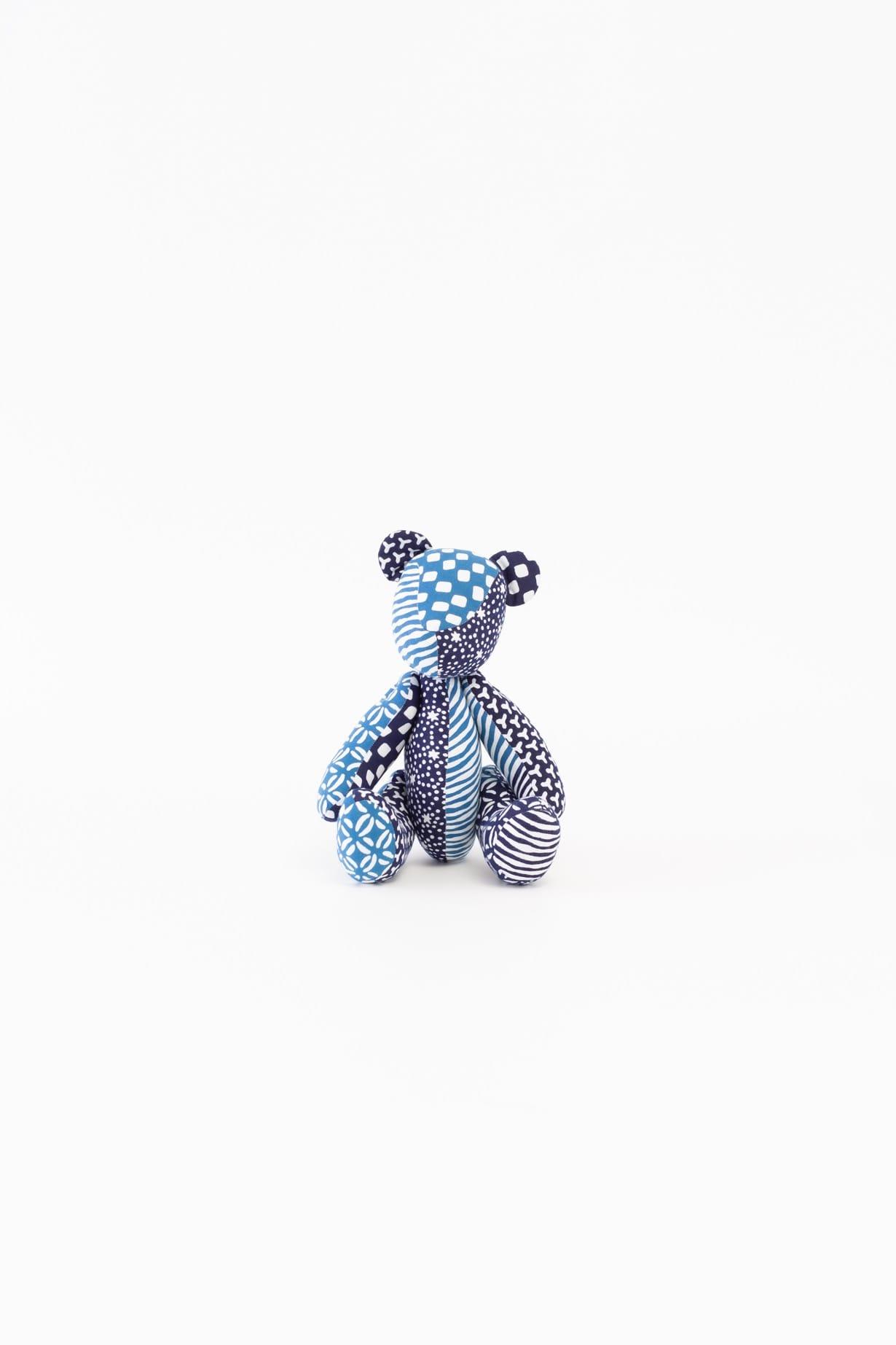 くま(ブルー)人形 (背景明るめ)