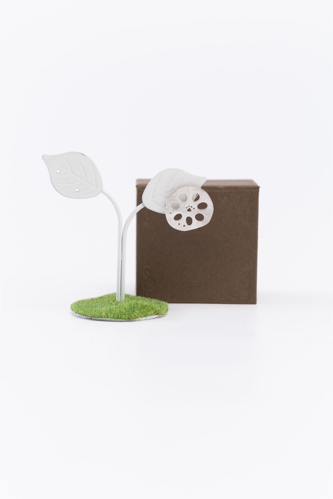 レンコンパッドピンブローチ(銀)箱付きイメージ