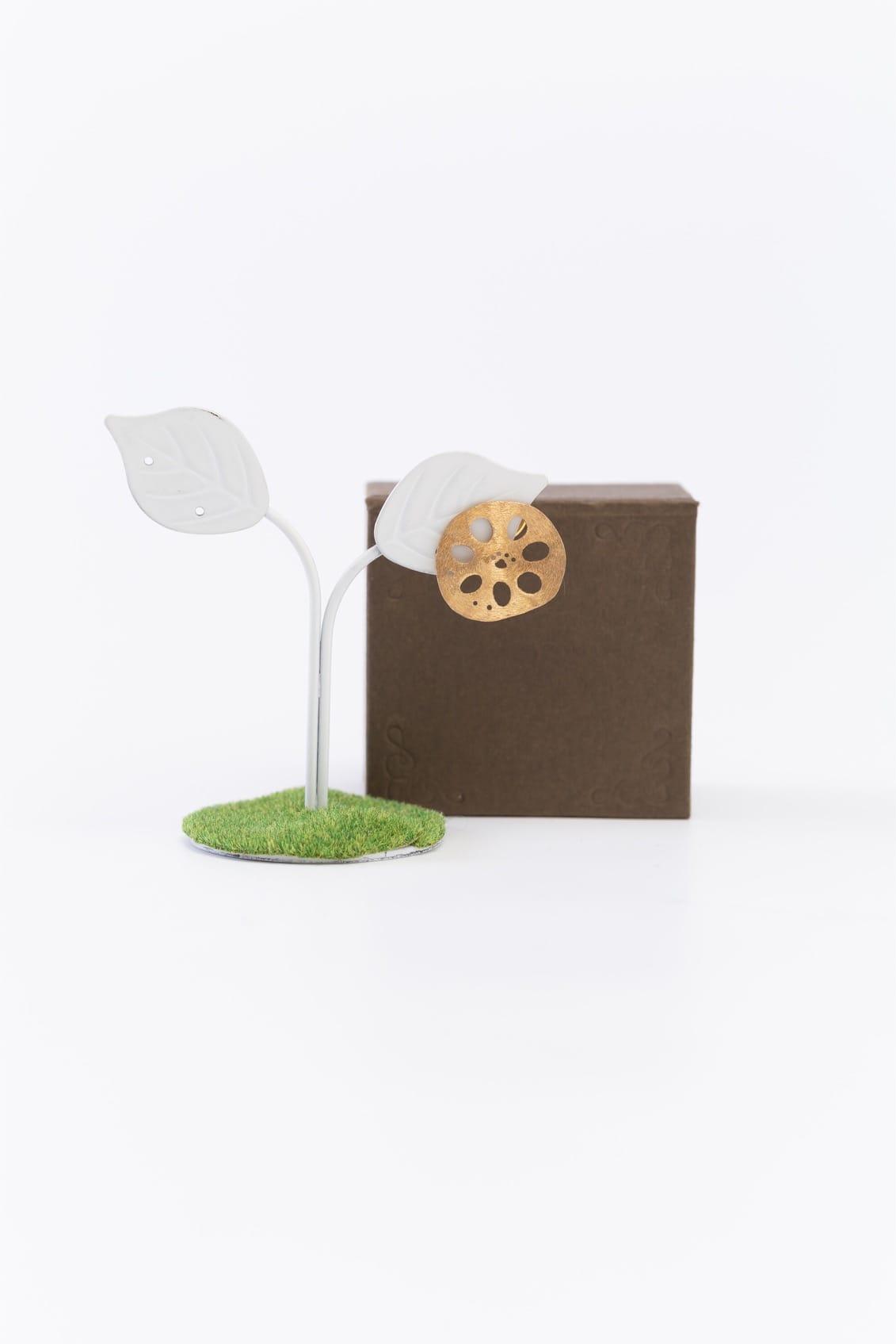 レンコンパッドピンブローチ(金)箱付きイメージ