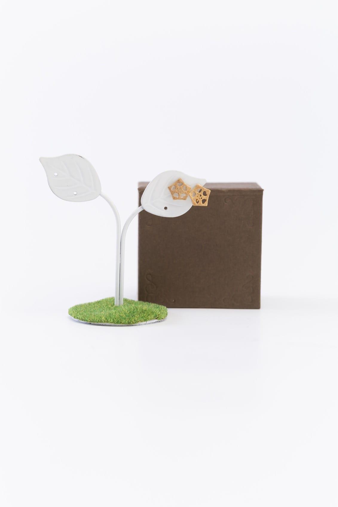 オクラ2個ピンブローチ(金)箱付きイメージ