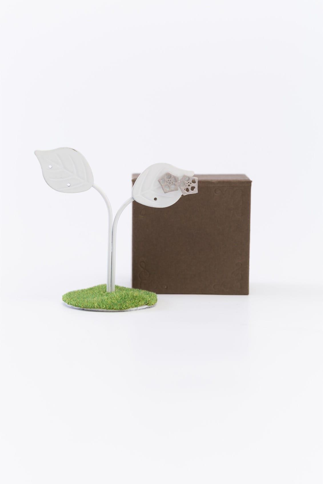 オクラ2個ピンブローチ(銀)箱付きイメージ