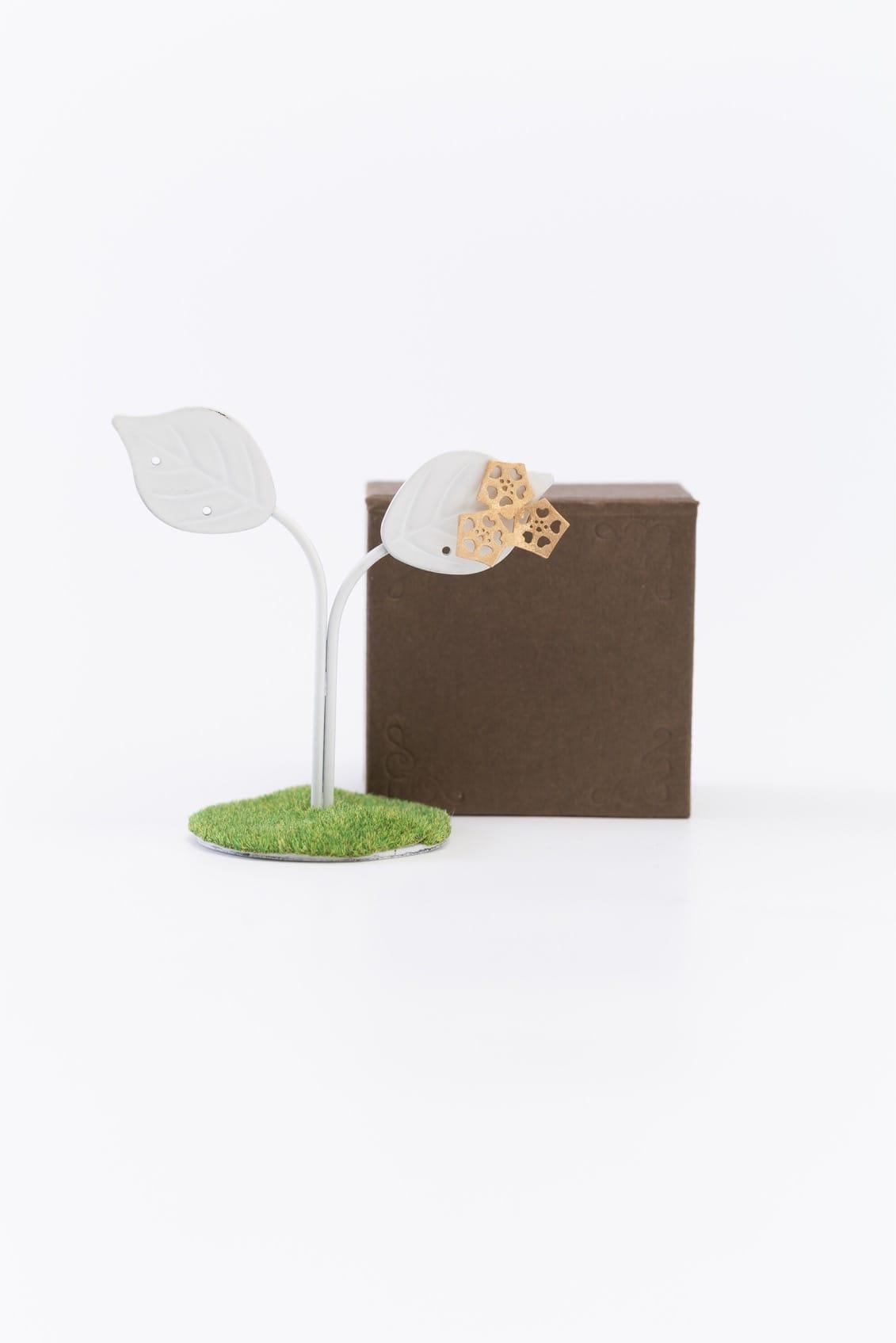 オクラ3個ピンブローチ(金)箱付きイメージ